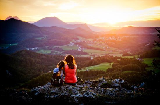 Mutter und Tochter genießen den Sonnenuntergang beim Urlaub im Hotel Obermayr