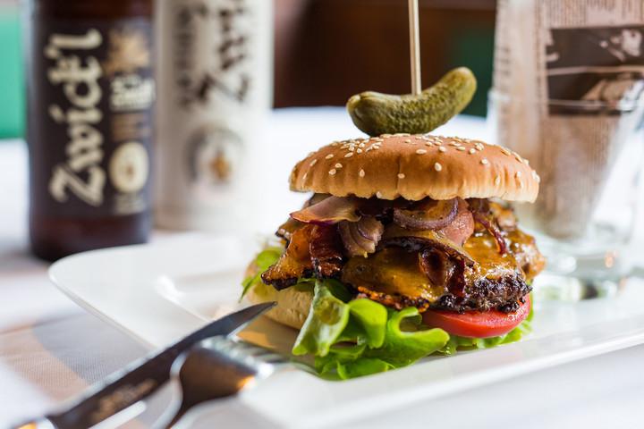 Köstlicher Burger im Gasthaus Obermayr bei Salzburg