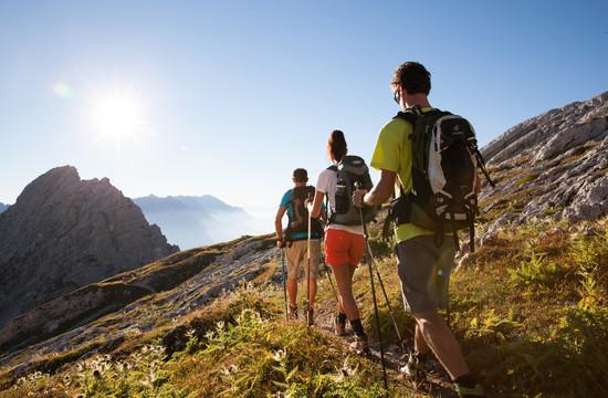 Ein Gruppe von Leuten beim Wandern im Wanderurlaub im Salzkammergut
