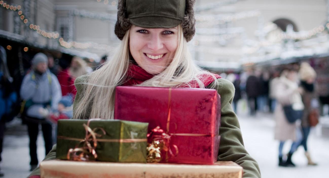 Eine Frau mit Geschenken am Christkindlmarkt