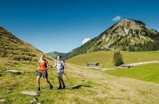 Ein Paar wandert beim Urlaub im Hotel Obermayr durch das Salzkammergut