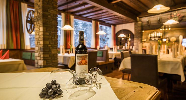 Detailansicht einer Flasche Wein und zwei Gläsern im Gasthaus Obermayr bei Salzburg