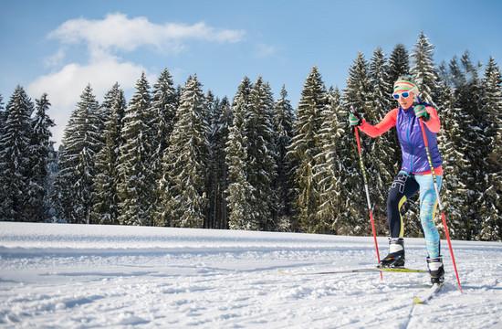 Eine Frau beim Langlaufen bei Salzburg