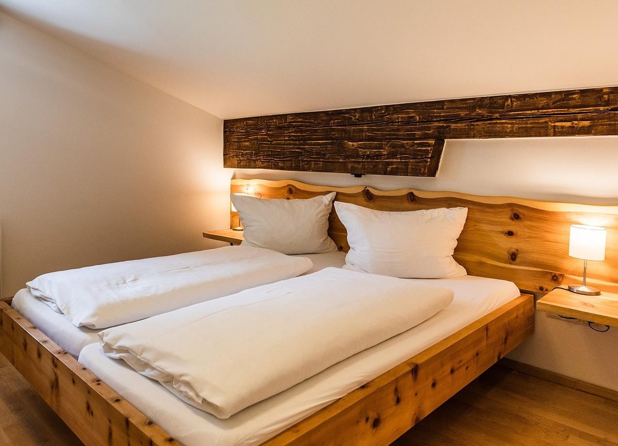 Das Bett in einem der gemütlichen Hotelzimmer im Salzkammergut vom 3* Hotel Obermayr