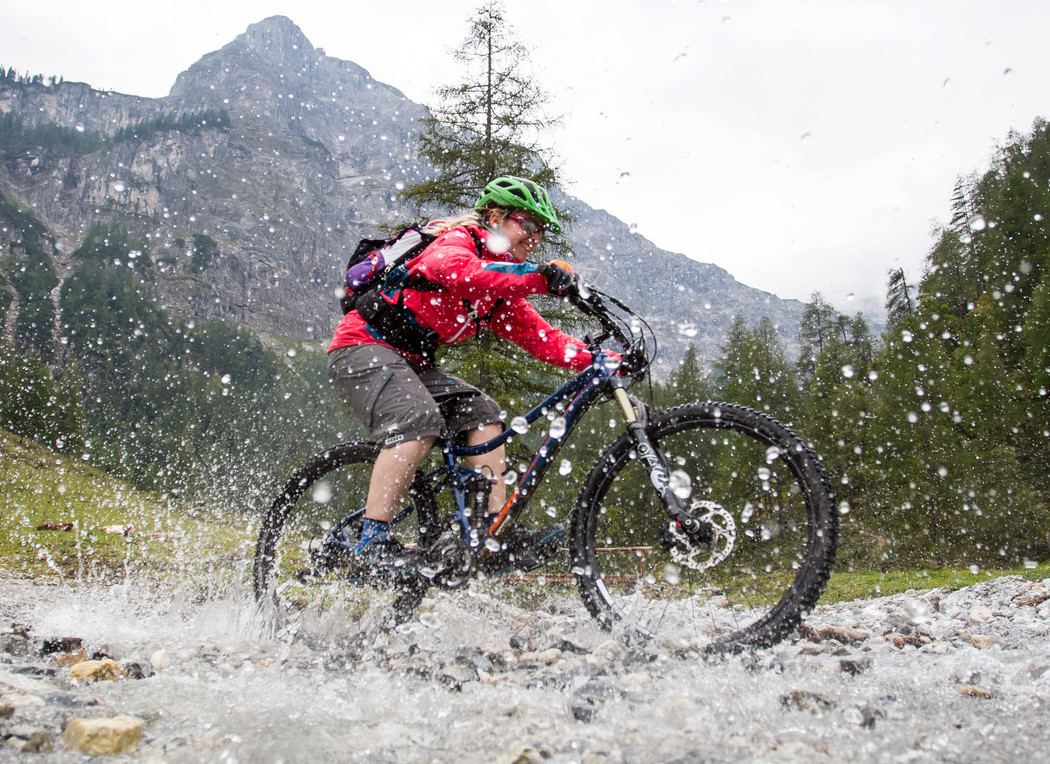 Ein Mann beim Mountainbiken im Urlaub beim Fuschlsee