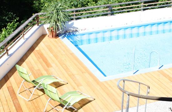Außenpool und Terrasse im 3-Stern Hotel Obermayr im Salzkammergut