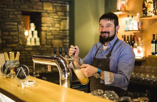 Der Gastgeber zapft ein frisches Bier im Gasthaus Obermayr