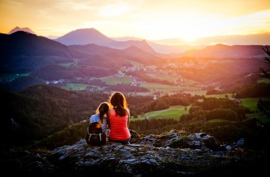 Mutter und Tochter genießen den Ausblick vom Berg im Urlaub im Salzburger Land