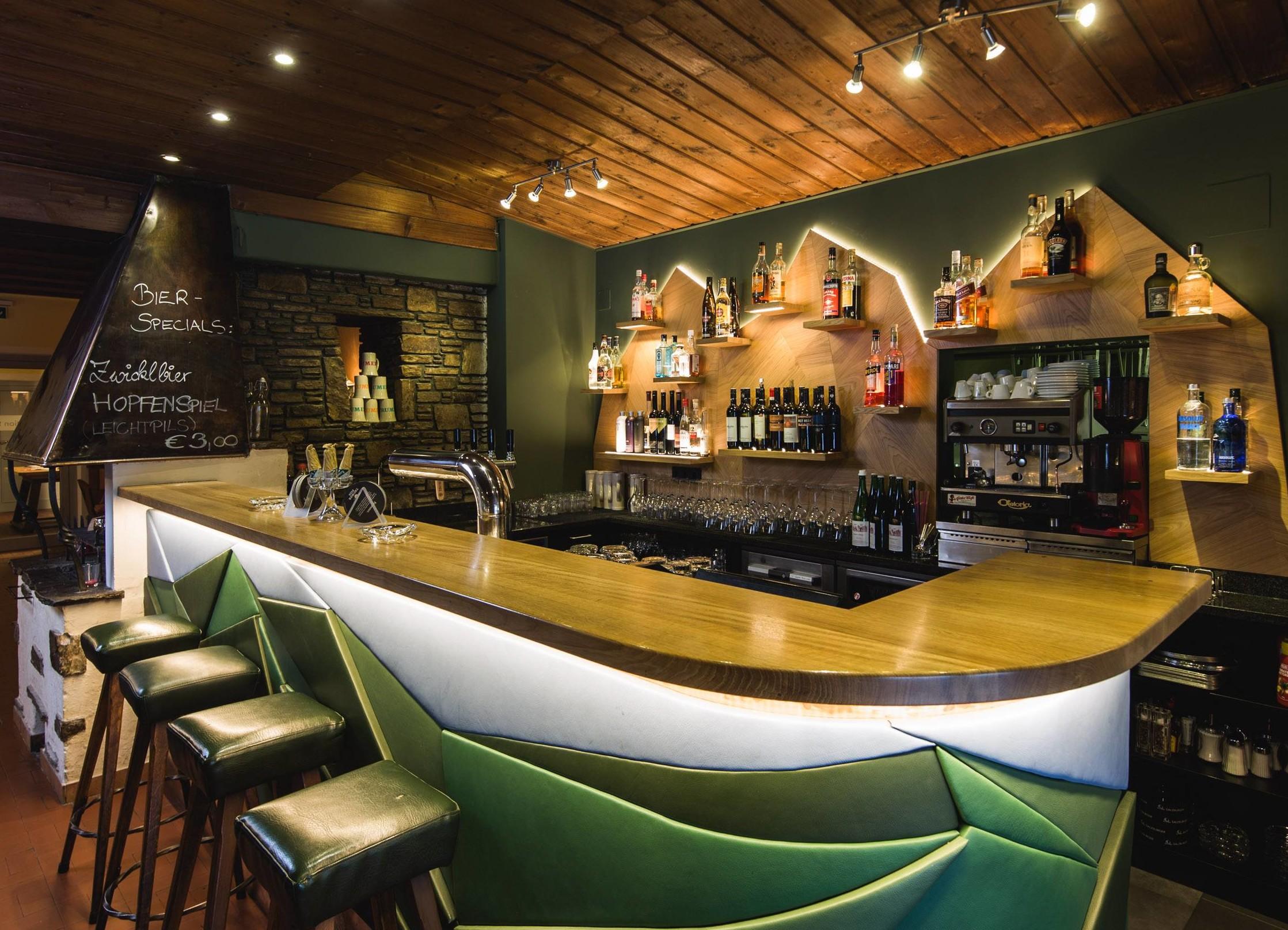 Die moderne Bar im Gasthaus für Firmenfeiern bei Salzburg