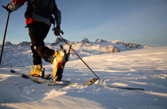 Detailansicht von den Skiern beim Skitouren im Salzkammergut