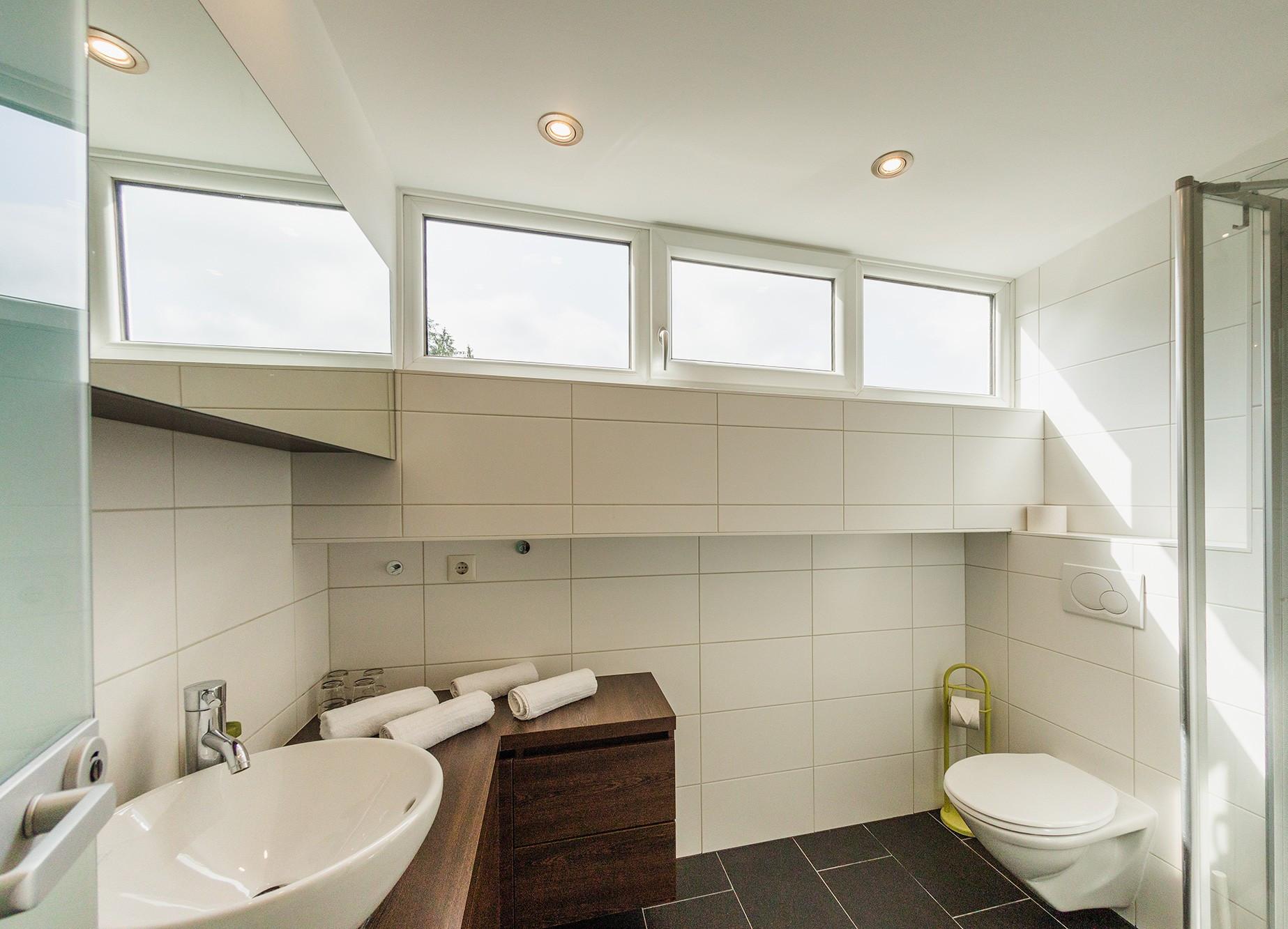 Das Badezimmer in einem der gemütlichen Hotelzimmer im Salzkammergut vom 3* Hotel Obermayr