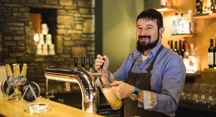 Der Gastgeber zapft frisches Bier im 3* Hotel Obermayr in Salzburg Umgebung