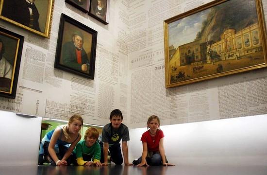 Vier Kinder im Museum beim Urlaub in der Stadt Salzburg