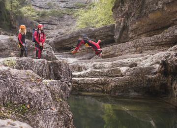 Beim Canyoning vom 3* Hotel Obermayr in Salzburg Umgebung spring ein Mann ins Wasser