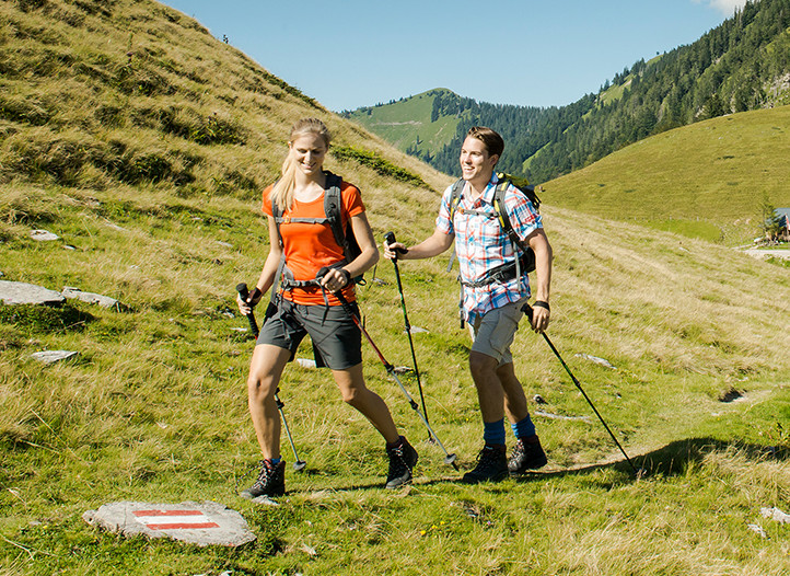 Ein Paar beim Wandern im Urlaub beim Fuschlsee