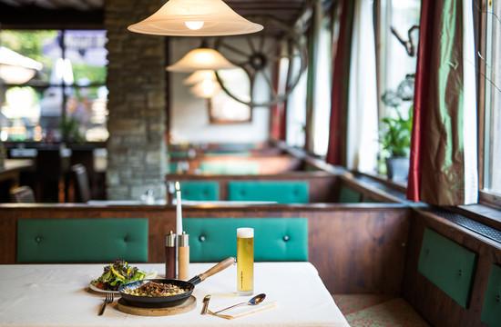 Festlich gedeckte Tische im Gasthaus in Ebenau, Salzburg Umgebung