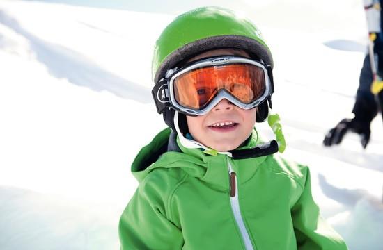 Ein Kind in Skiausrüstung beim Skiurlaub im Salzkammergut