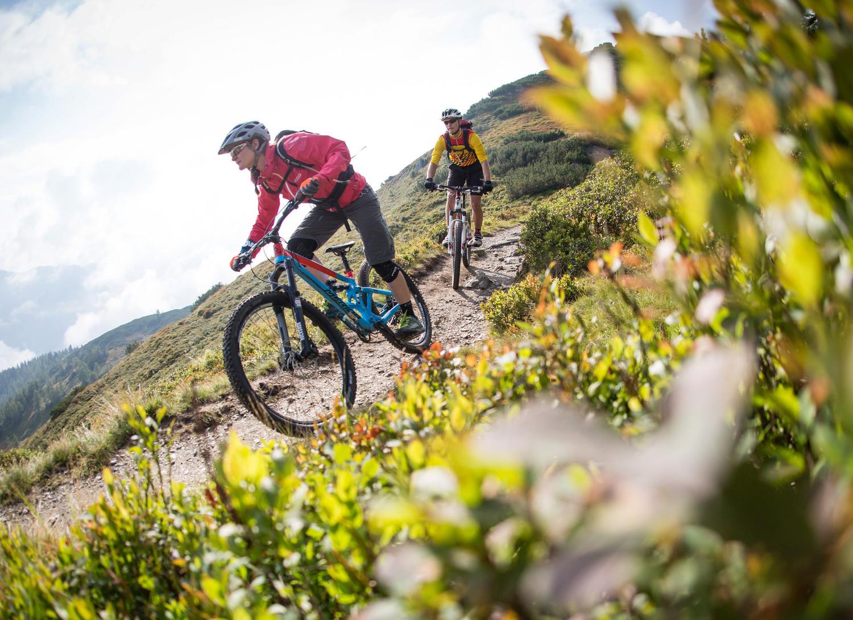 Ein Paar beim Mountainbiken im Aktivurlaub im Salzkammergut
