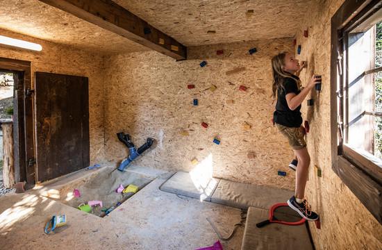 Ein Mädchen beim Klettern im Familienurlaub im Salzkammergut