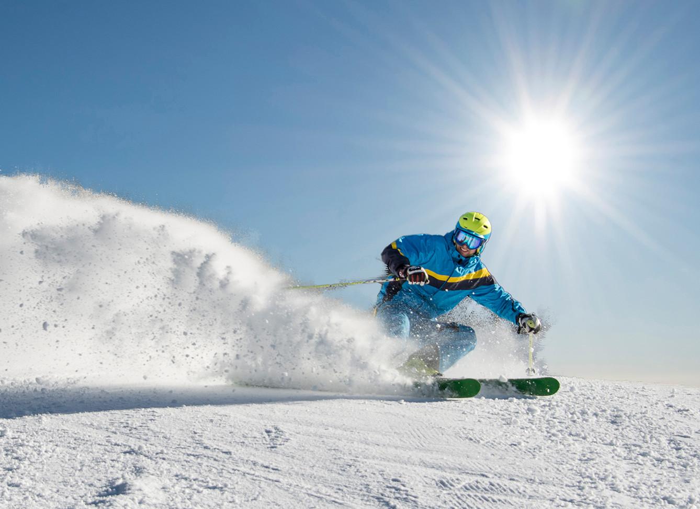 Ein Mann beim Skifahren im Aktivurlaub im Salzkammergut