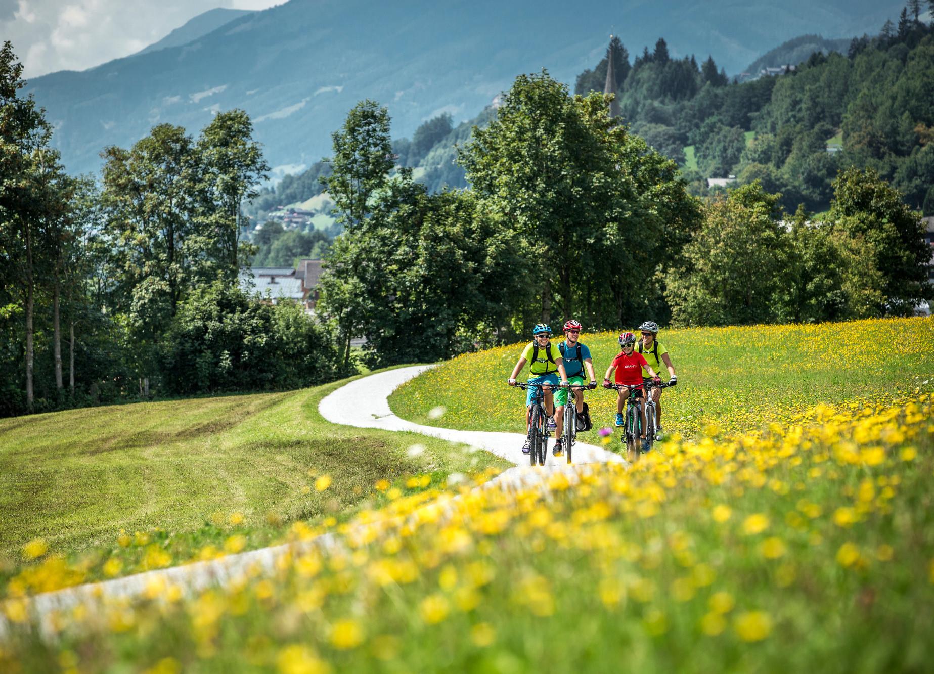 Eine Familie macht eine Radtour im Aktivurlaub im Salzkammergut