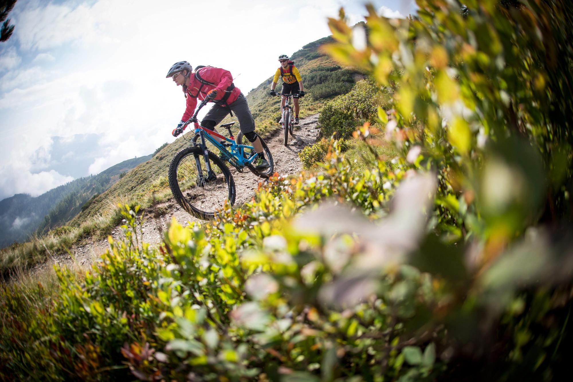 Ein Paar beim Mountainbiken im Radurlaub im Salzkammergut