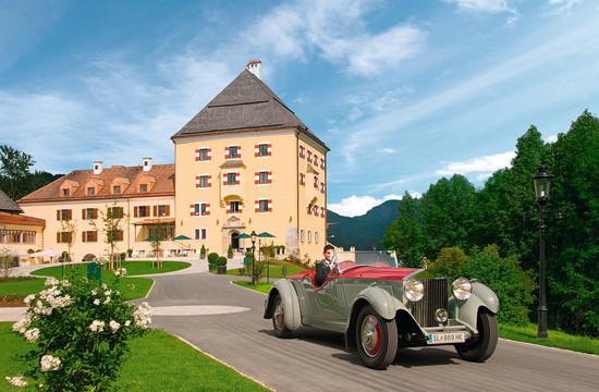 Ein Oldtimer vor dem Schloss Fuschl nahe dem Hotel am Salzburgring