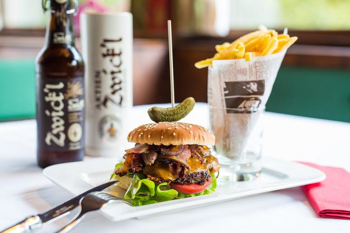 Ein schmackhafter Burger im Gasthaus in Ebenau, Salzburg Umgebung