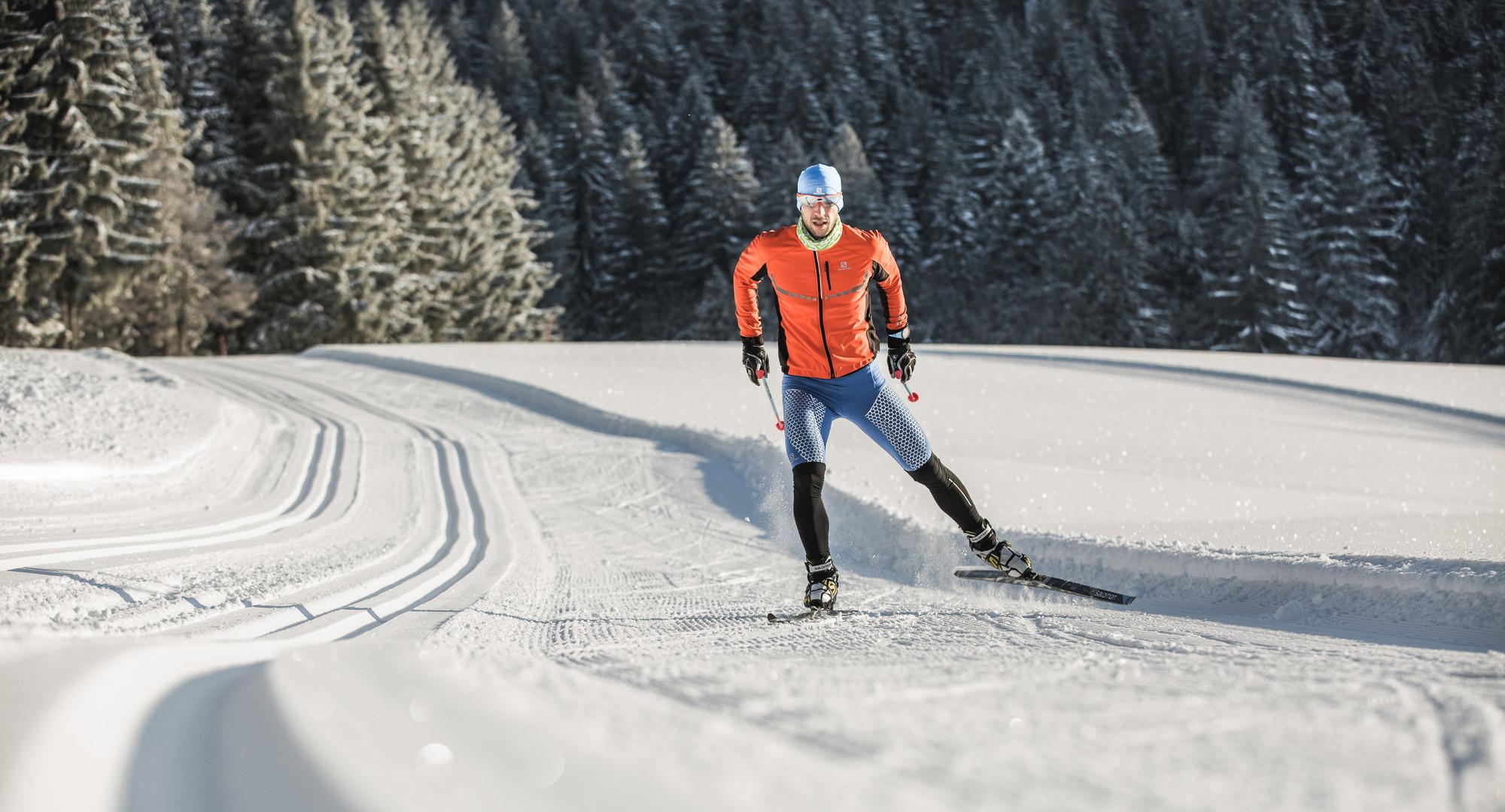 Ein Mann beim Langlaufen bei Salzburg