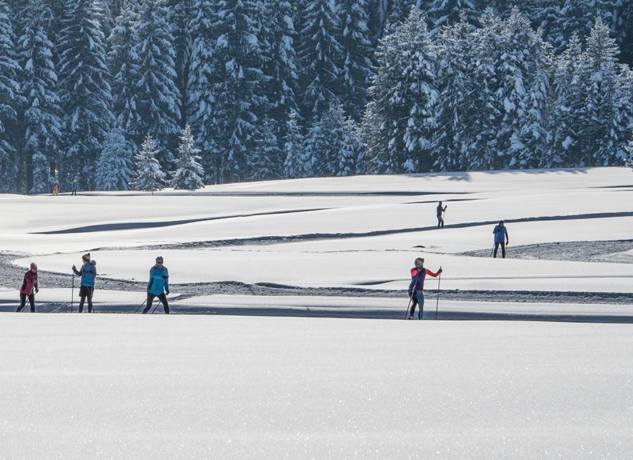 Eine Gruppe beim Langlaufen im Urlaub beim Fuschlsee