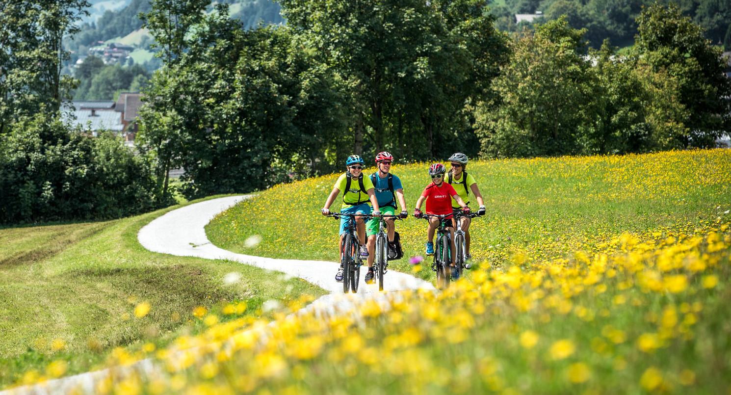 Eine Familie beim Radfahren im Radurlaub im Salzkammergut