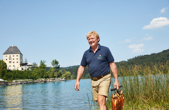 Ein Mann präsentiert beim Urlaub im Salzkammergut die gefangenen Fische
