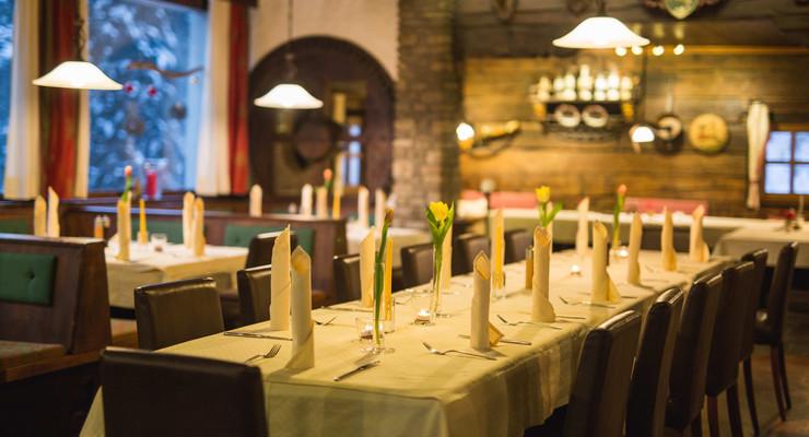 Gedeckte Tische im Gasthaus für Firmenfeiern bei Salzburg