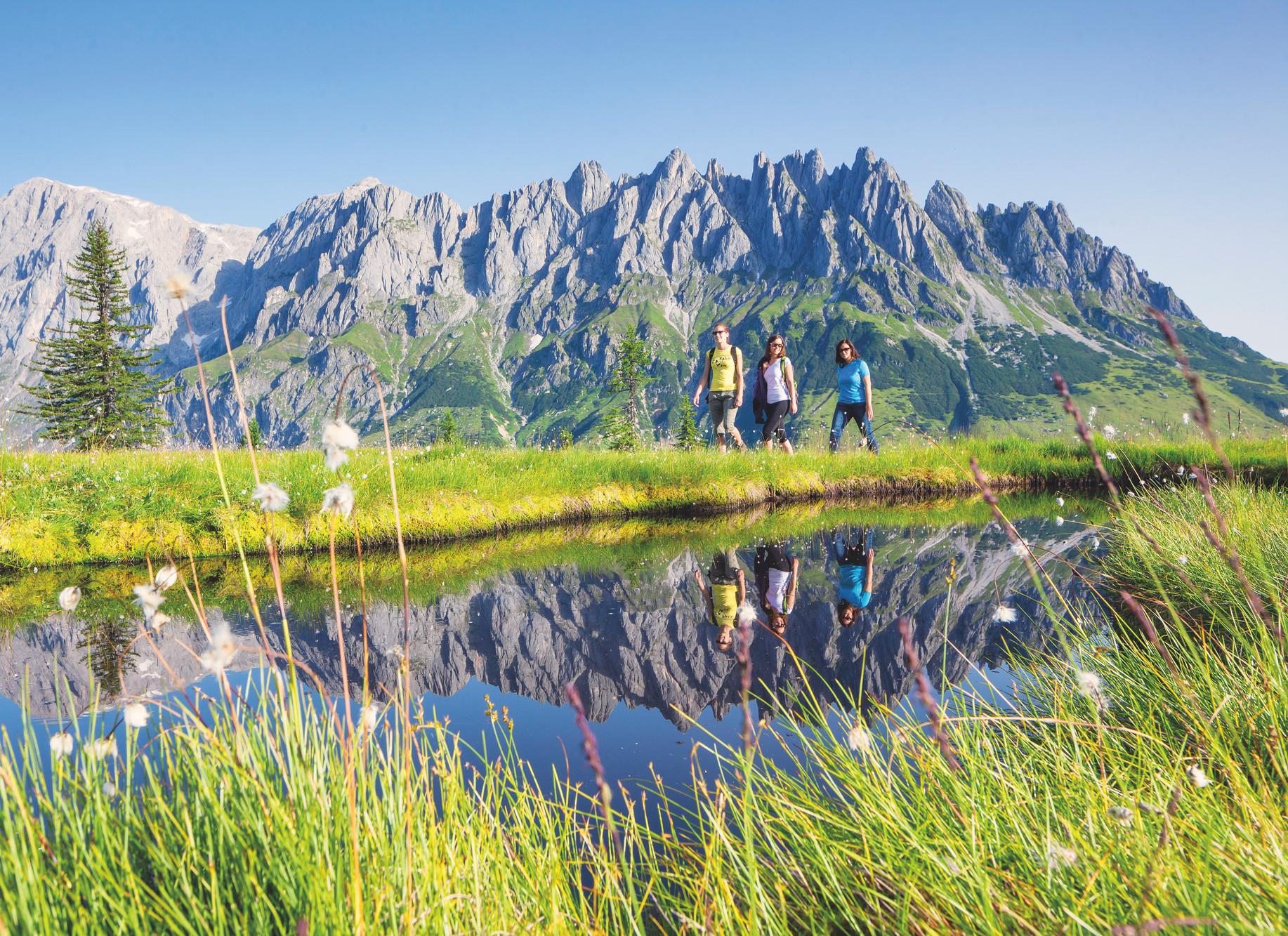 Drei Frauen beim Wandern im Urlaub im Salzburger Land
