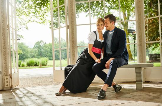 Ein Paar sitzt beim Urlaub im Salzkammergut in einem Pavillon