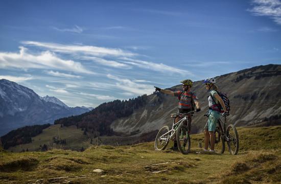 Ein Paar genießt die Aussicht beim Mountainbiken im Radurlaub im Salzkammergut