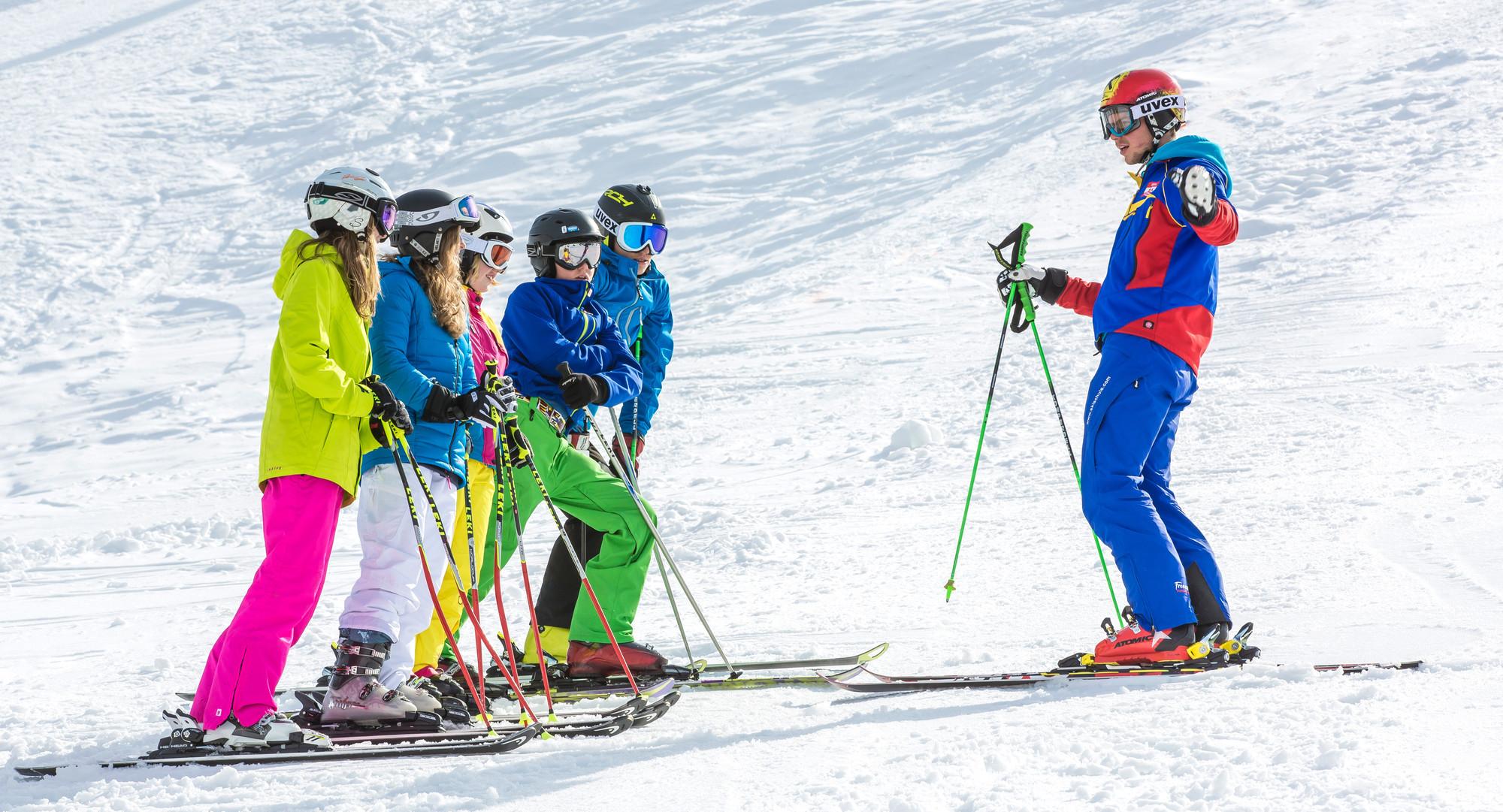 Ein Skilehrer und seine Schüler beim Skiurlaub im Salzkammergut