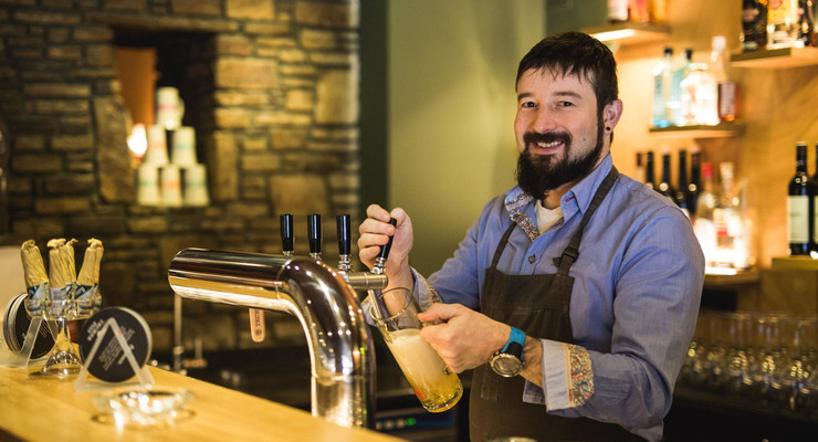 Der Gastgeber Max Obermayr zapft frisches Bier im Hotel Obermayr